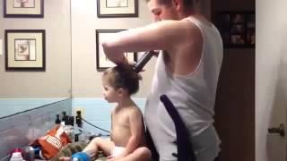 Отец делает дочери прическу