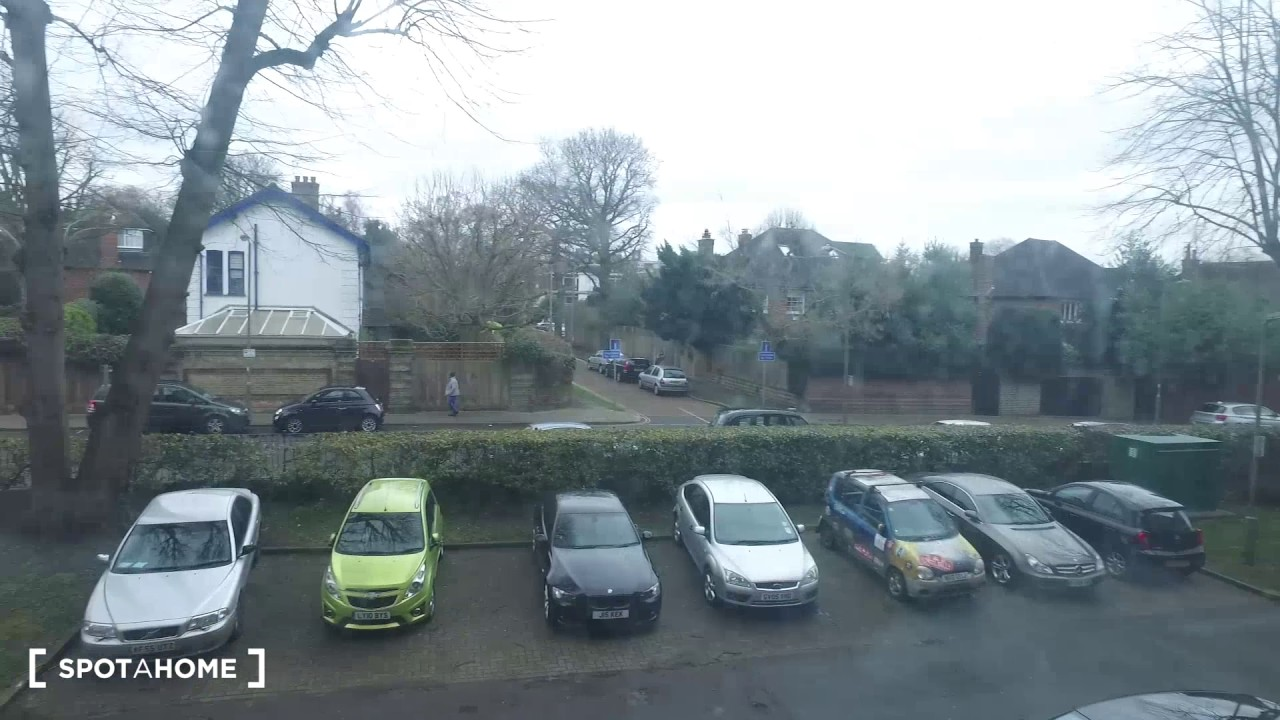 Rooms for rent in 4-bedroom flatshare with balcony in Wimbledon