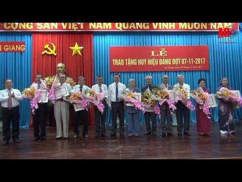 Ban Thường vụ Tỉnh ủy: Trao Huy hiệu 55, 50 và 30 năm tuổi Đảng cho các đảng viên cao niên tuổi Đảng