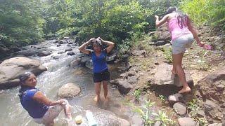 Las Mujeres De El Salvador 4K Disfrutan De Un Baño En El Rio. Parte 2/2