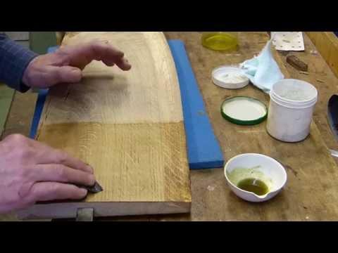 Neues Eichenholz mit Öl schleifen und polieren
