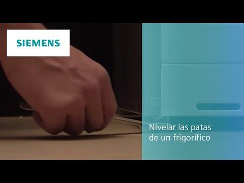 Nivelar las patas de un frigorífico Siemens.