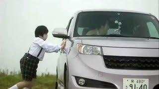 情侣在小车里秀恩爱,熊孩子不乐意,将小车推到了悬崖边缘!