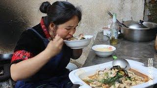 苗大姐腌好的酸菜,一条草鱼,酸麻辣,大碗米饭吃太香了