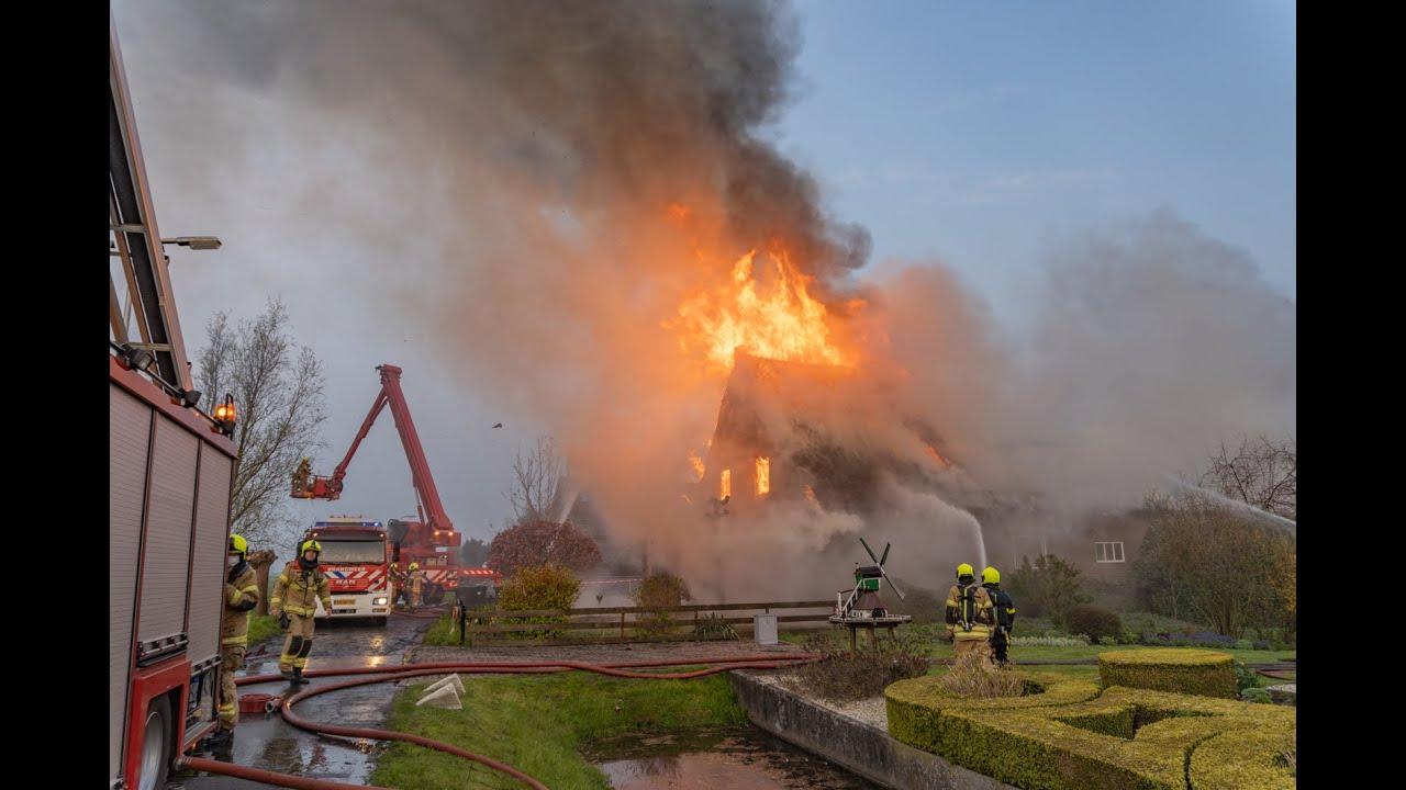 Uitslaande brand verwoest woonboerderij Brandwijk
