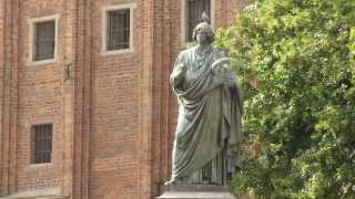 preview picture of video 'Nicolaus Copernicus Statue, Old Town, Toruń, Kuyavian-Pomeranian, Poland, Europe'