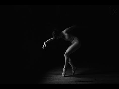 Необычный танец грациозных девушек...