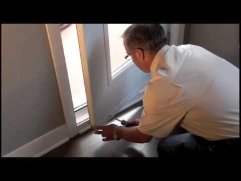 La porte-fenêtre (coupe-bise garni d'un balai)