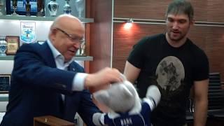 Овечкин продолжает пить шампанского из кубка. Теперь уже в Москве!