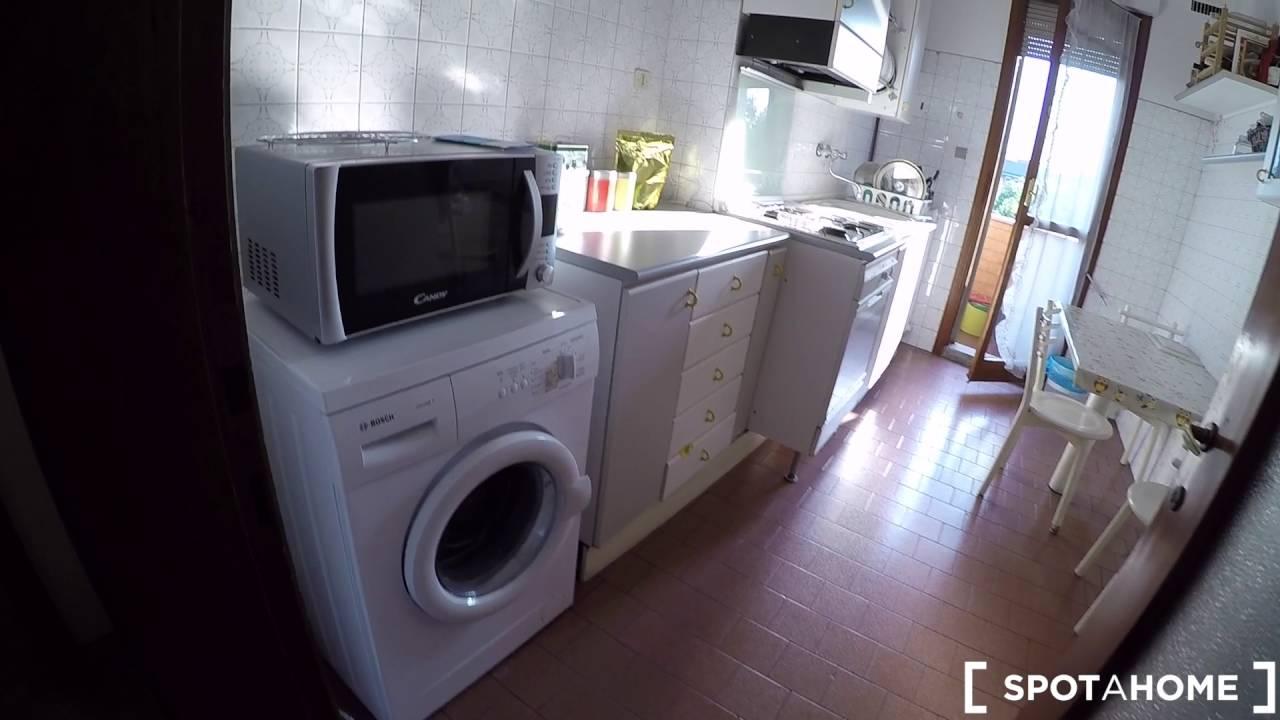 Stanze in affitto a professionisti in un luminoso appartamento con balcone nel quartiere di Morivione