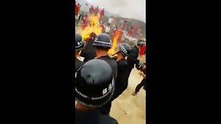 人民开始反抗了!强拆恶警被打被烧倒地一片