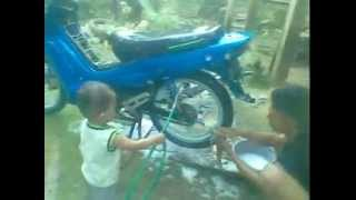 preview picture of video 'anak kecil cuci motor & akbar shares'