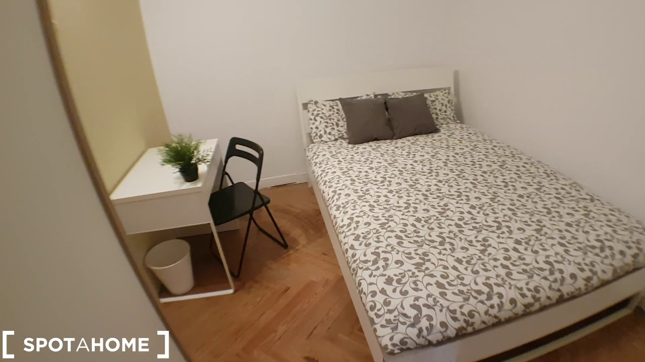 Furnished room with desk in 8-bedroom apartment, Sol