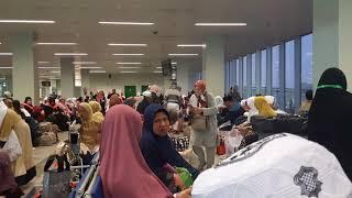 preview picture of video 'umroh 2018 vlog Menunggu keberangkatan Pesawat di Bandara King Abdul Aziz Jeddah'