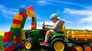 Лёва и Папа Весело играют с Большим Трактором и строительными цветными блоками