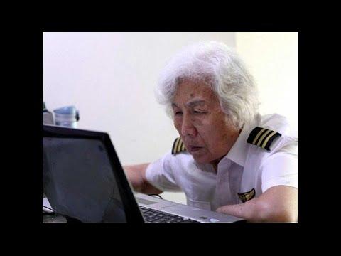 العرب اليوم - شاهد: عجوز 82 عامًا تحلّق في الأجواء مستخدمة طائرة