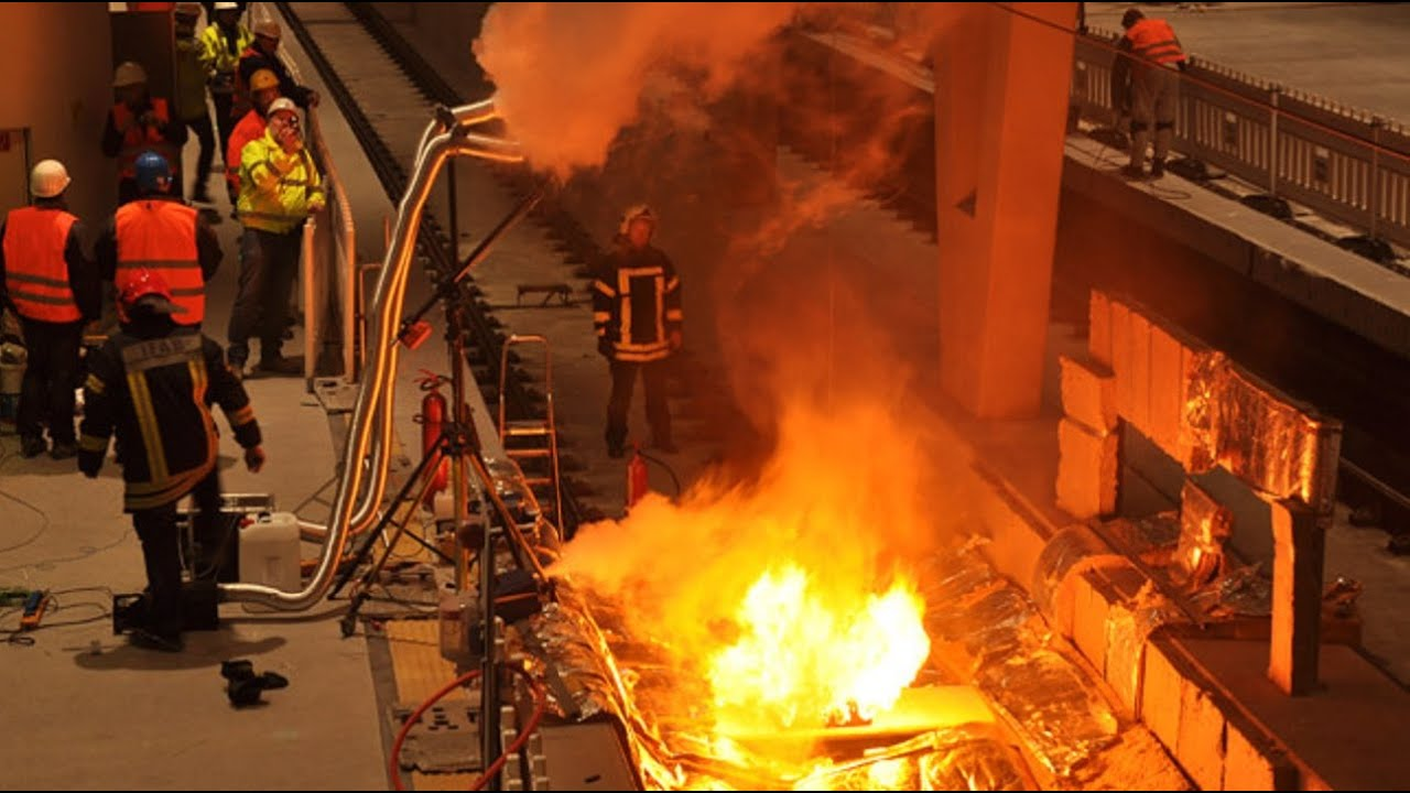 Metrostation Oostplein ontruimd na brand in metro. ontploffing rotterdam, explosie rotterdam