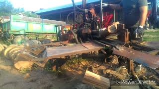 Despicator lemne . Wood splitter with crane and hydraulic winch for lifting large logs.