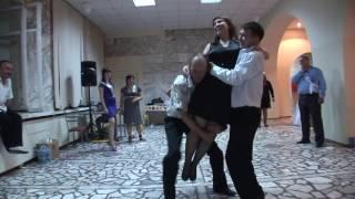 Прикольный клип. 2 парня вышли из ЗАГСа.Свадьба. Все жгут. Горько. Танцуют все!