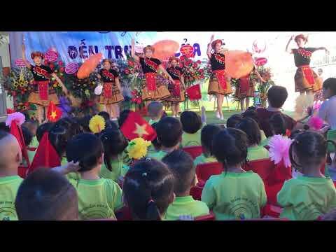 Tiết mục múa: Đi học của các cô giáo