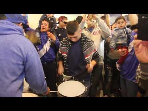 """La brava , vamos todos a la cancha porque tenemos huevo🎶🎶"" Barra: La Brava • Club: Alvarado"