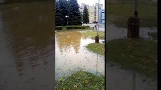В Чебоксарах из лопнувшей трубы льется вода