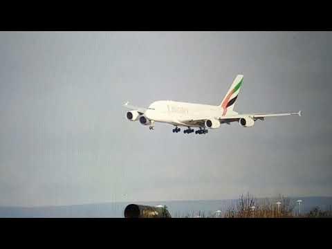 العرب اليوم - طيّار يُظهر مهارته في تجاوز سرعة رياح اعترضت طائرته