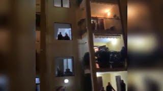 Salerno városában a karantén idején sem áll meg az élet: ablakokból és teraszokon állva énekelnek az