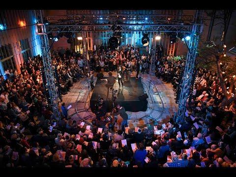 """600 ניצולי שואה שרים את """"חי"""" של עופרה חזה"""