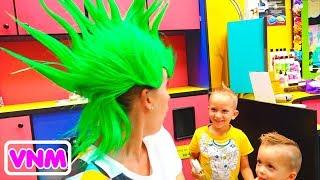 Vlad Nikita và mẹ trong tiệm tóc trẻ em