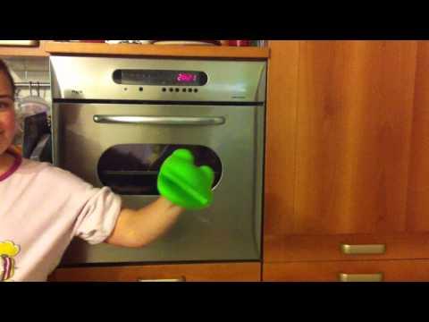 marionette con i guanti da forno