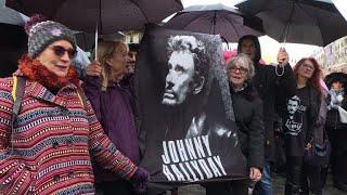 Les fans de Johnny présents malgré la pluie, un an après sa mort