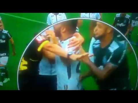 Canal flagra agressão pelas costas de Felipe Melo a Clayson, do Corinthians