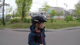 Mats (6 Jahre) auf dem Elektro Skateboard