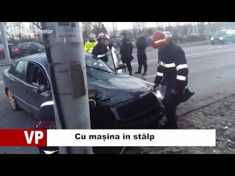 Cu mașina în stâlp
