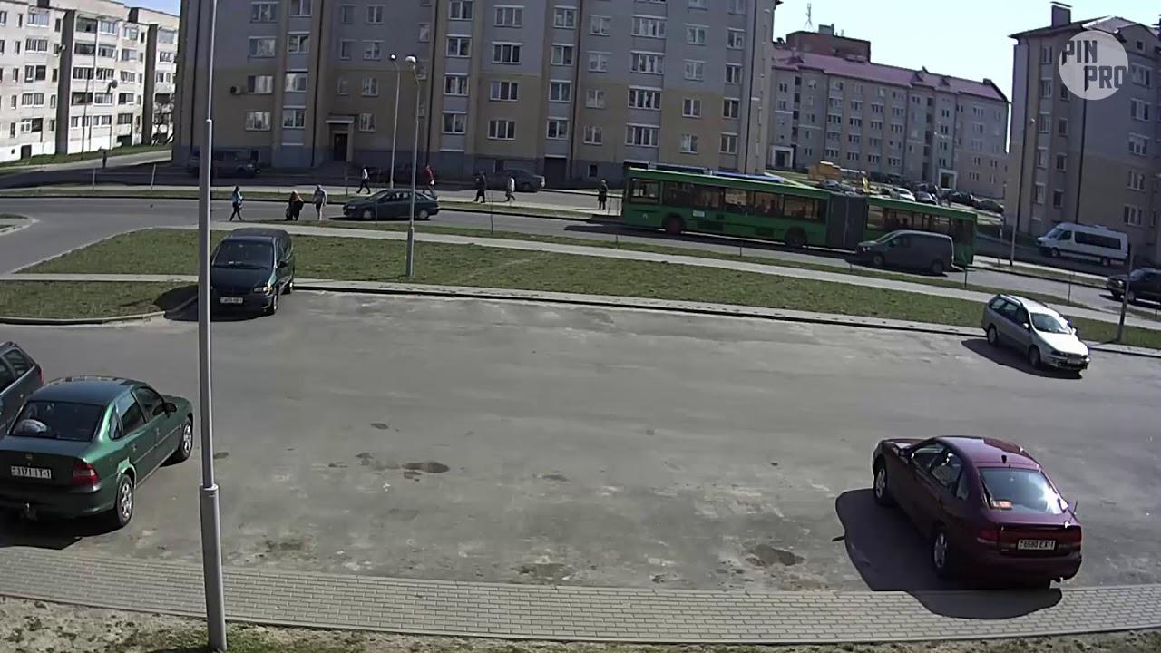 Школьник выбежал из-за автобуса - угодил под колеса