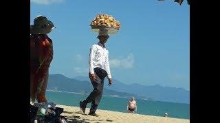 Что продают на пляже? Креативный продавец на пляже Нячанга Вьетнам