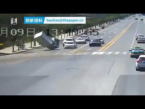 Φορτηγό σε φανάρι σηκώθηκε ξαφνικά στον αέρα!