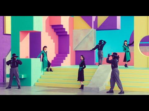 """MVのテーマはタイトルの「Time Warp」にかけて、""""早送りと巻き戻し""""。レトロポップな楽曲に合わせた、80年代テイストにも注目!"""