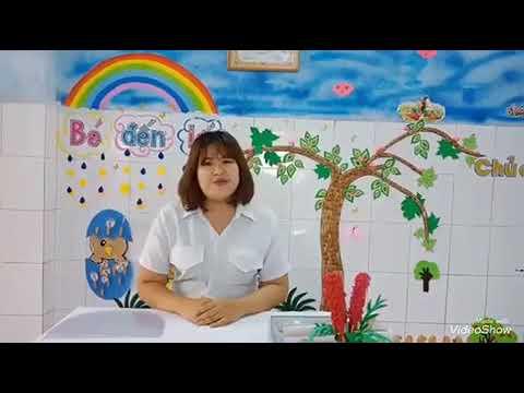 Nguyễn Thị Trúc Nhi hướng dẫn trẻ làm kính chắn phòng dịch