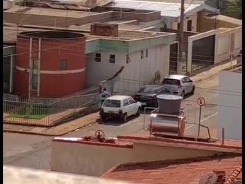 Vídeo: homem é flagrado arrombando veículo em tentativa de furto