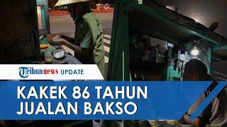 Viral Foto Kakek di Solo Berusia 86 Tahun Masih Dorong Gerobak Jalan Kaki untuk Jualan Bakso