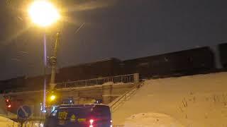 Тепловоз 2ТЭ10М-2441 с грузовым составом + снежок и испорченный полувагон