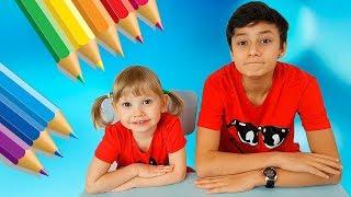طفل مضحكAlena and Pasha  في المدرسة أطفال يتظاهرون اللعب تجميع للأطفال