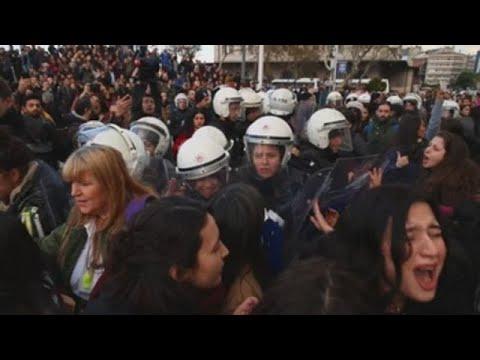 """Policía dispersa mujeres que cantaban """"""""Un violador en tu camino"""""""" en Estambul"""