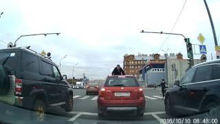 Смотреть онлайн У женщины поехала крыша посреди дороги