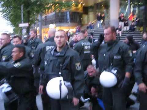 Verhaftung des Herrn im blauen T-Shirt aus neuer Perspektive, FSA09