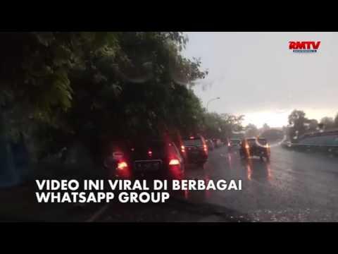 Hujan Es Melanda Jakarta, Kendaraan Menumpuk di Bahu Jalan