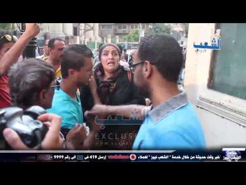 """""""بنات السيسي"""" يهاجمن وقفة الصحفيين بالحجارة والألفاظ الخارجة"""