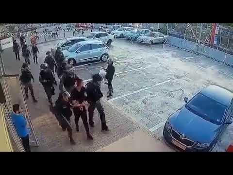 كاميرا ترصد قوات الاحتلال تعتدي على شاب فلسطيني دون داع